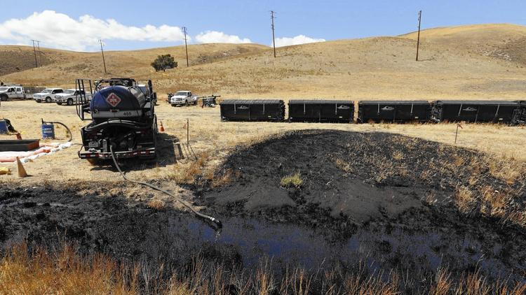 The oil pipeline rupture at Refugio State Beach may have spilled as much as 105,000 gallons of crude, authorities said. (Al Seib / Los Angeles Times)