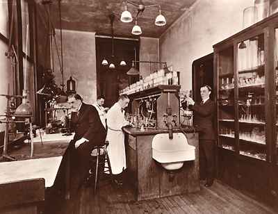 Alexander Gettler (far right) and Charles Norris (seated, left) in the toxicology laboratory located on the third floor of the City Morgue, Bellevue Hospital circa 1922.  Image source: Wikimedia Commons.
