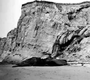 Natural sandy beach oil seep in Santa Barbara.  Image: USGS.