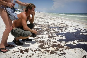 Beach goers react to oiling of northern Florida beaches in the summer of 2010.  Image: Tampa Bay Times.