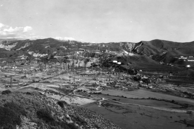 Ventura Avenue Field in 1928, one of America'€™s greatest petroleum strikes at the time.